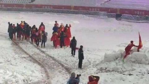 Rơi nước mắt với khoảnh khắc Duy Mạnh cắm cờ trên núi tuyết, cúi chào Quốc kỳ sau chung kết