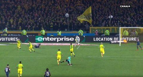 CỰC HÀI trận Nantes-PSG: Bị đẩy ngã, trọng tài vung chân trả đũa rồi rút thẻ đỏ đuổi cầu thủ chủ nhà