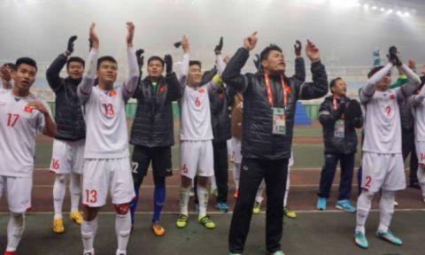 CLIP: Các tuyển thủ U23 VN hò hét khản cổ ăn mừng chiến thắng lịch sử khiến tất cả xúc động