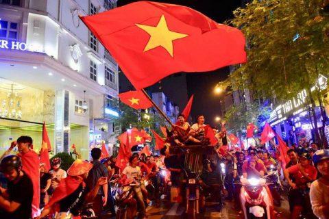 """Báo Hàn Quốc trầm trồ với """"những dòng thác đỏ"""" chào mừng những chiến binh U23 Việt Nam trở về"""