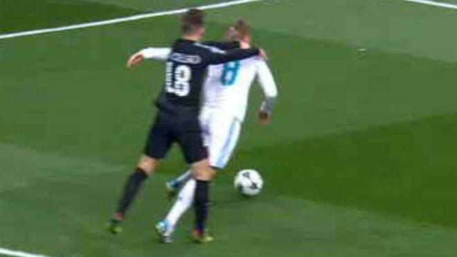 Tranh cãi xung quanh tình huống PSG bị thổi phạt đền, liệu trọng tài có thiên vị Real Madrid?
