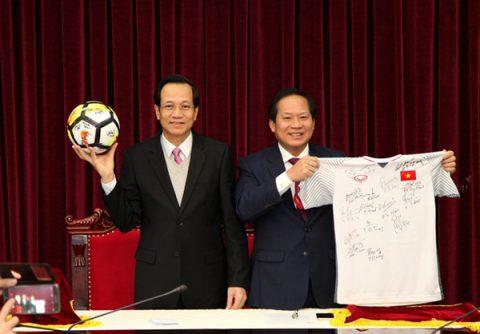 """Phát sốt với số tiền cực """"khủng"""" của món quà của U23 Việt Nam tặng Thủ tướng Nguyễn Xuân Phúc"""