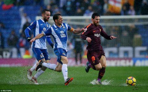 """Messi – Suarez """"tịt ngòi"""", Coutinho mờ nhạt, Barca suýt gục ngã sau trận khổ chiến giữa màn mưa"""
