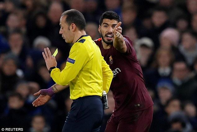 Đòi penalty, xúc phạm nhân phẩm trọng tài, Suarez xứng đáng bị đuổi?