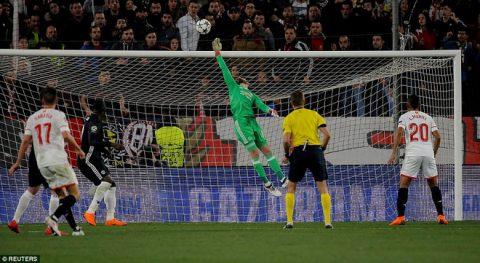 """De Gea xuất thần, Pogba vào sân """"như diễn kịch"""", M.U bị Sevilla hành đến xác xơ trên đất Tây Ban Nha"""