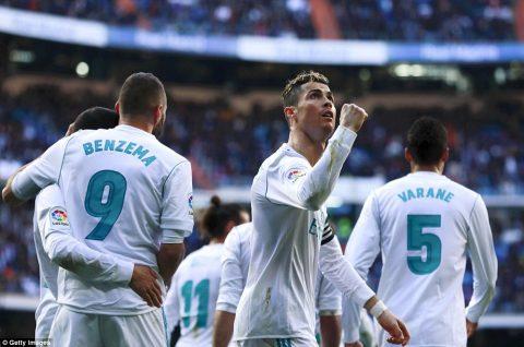 Vua Ronaldo 300 bàn, nhường Benzema đá penalty khiến cả châu Âu sửng sốt