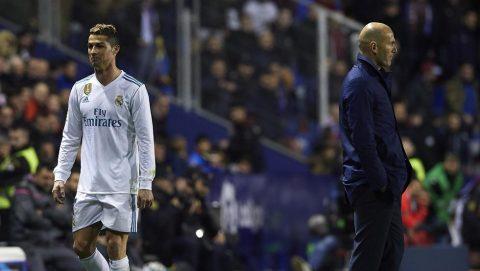 """CHÙM ẢNH: Chơi thất vọng, Ronaldo tỏ thái độ bực dọc với """"máy quay"""" khi bị thay ra"""