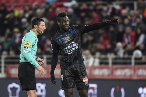 HY HỮU: Balotelli nhận thẻ vàng khó hiểu vì hành động yêu cầu CĐV dừng phân biệt chủng tộc