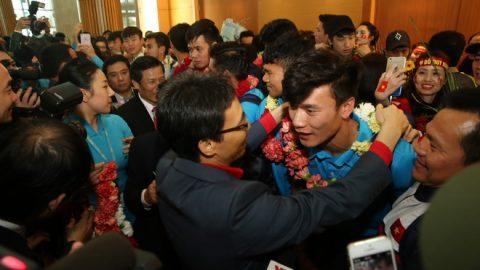CHÙM ẢNH: Đổ bộ xuống sân bay Tân Sơn Nhất, dàn sao U23 Việt Nam được fan chào đón cuồng nhiệt