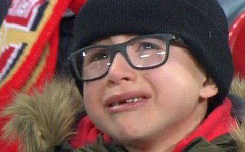 """""""Nhìn fan nhí khóc tức tưởi thế này, Arsenal liệu có thấy hổ thẹn"""""""
