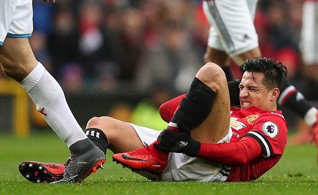 Top 10 cầu thủ bị phạm lỗi nhiều nhất Ngoại hạng Anh mùa này: Bất ngờ với vị trí của Sanchez