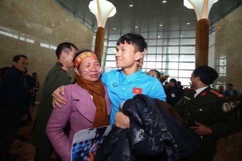 TIẾT LỘ: Rơi nước mắt với món quà trị giá 10 nghìn đồng mẹ Xuân Mạnh tặng con ở sân bay.