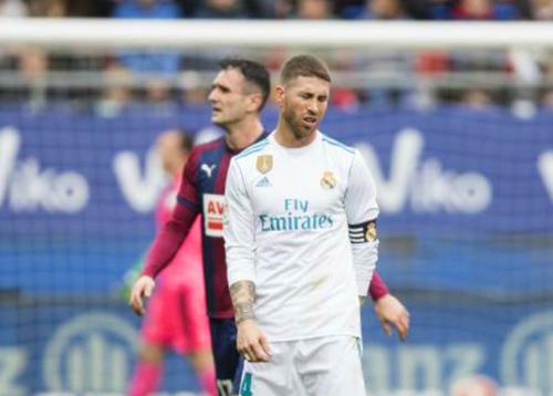 """Chết cười: Ramos suýt """"đùn ra quần"""", phải xin nghỉ 5 phút để xử lý"""