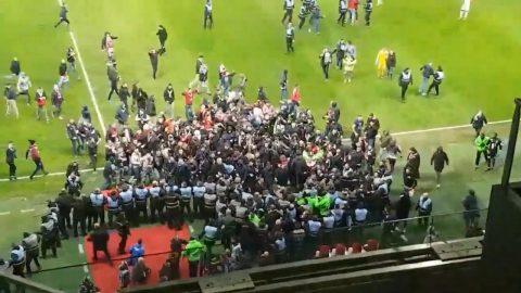 Bạo loạn hơn cả CĐV Hải Phòng: Hàng ngàn CĐV Pháp tràn xuống làm thịt HLV và các cầu thủ ngay trên sân