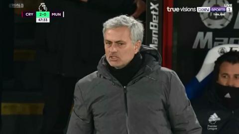 """MU để thủng lưới theo cách """"ngây thơ như trẻ con"""": Mourinho tức điên chửi thề"""