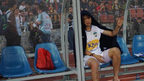 CHÙM ẢNH: Tuấn Anh gục đầu, khóc nức nở vì chấn thương rợn người khiến fan hâm mộ đau xé lòng
