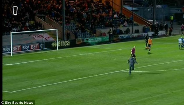 Bị hooligan tấn công, hậu vệ của Oldham cứu trọng tài vô cùng kịch tính