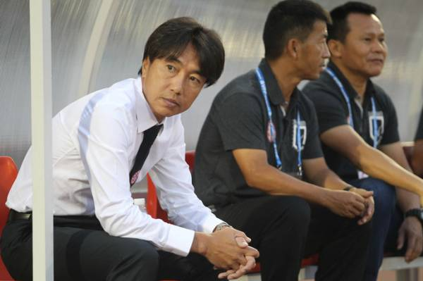 Bị nói thẳng mặt vì chỉ đạo cầu thủ đá triệt hạ đối phương, HLV Miura đáp trả khiến ai cũng thán phục