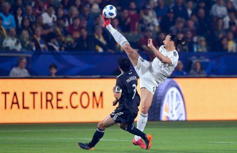 Ghi 3 bàn sau 4 trận vẫn chưa đủ, Ibra còn loại bỏ hậu vệ đối thủ bằng pha xử lý đẳng cấp ở độ cao 3 m thế này đây!