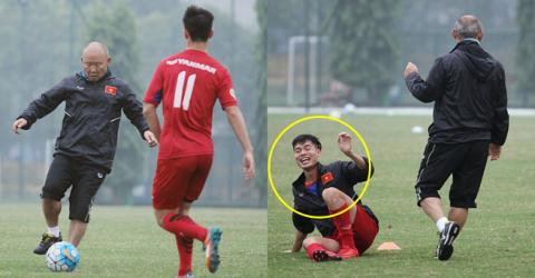 """Liều lĩnh """"xỏ háng"""" thầy Park, Văn Toàn bị đuổi theo trả đũa khiến tất cả cười vỡ bụng"""