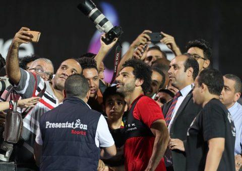 Trở lại tập luyện, Salah được NHM chào đón vô cùng cuồng nhiệt như người hùng