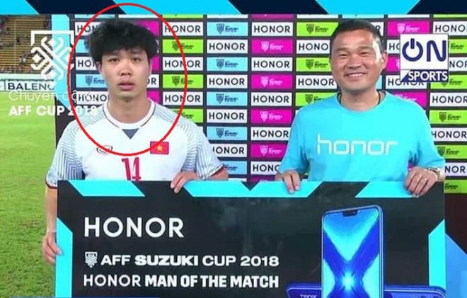 Lên nhận phần thưởng đặc biệt sau chiến thắng trước Lào, Công Phượng thể hiện vẻ mặt khó cưỡng khiến tất cả phải phì cười