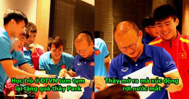 Cả đội túm tụm lại tặng quà thầy Park nhân dịp 20/11, và đây là cái kết!