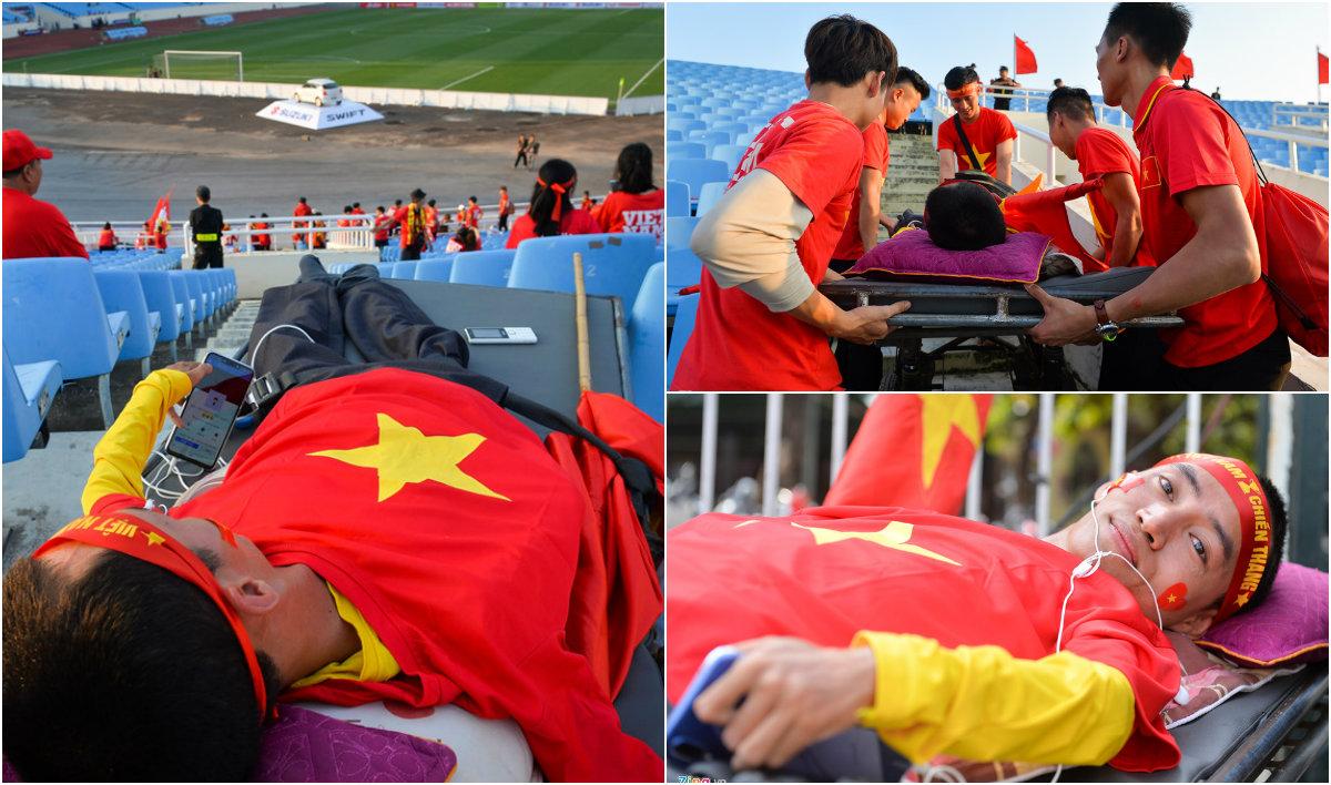 """Nằm xe lăn vẫn lặn lội từ Nghệ An ra Mỹ Đình cổ vũ cho ĐTVN, Cổ động viên """"bá đạo"""" nhất thế giới đây rồi!"""