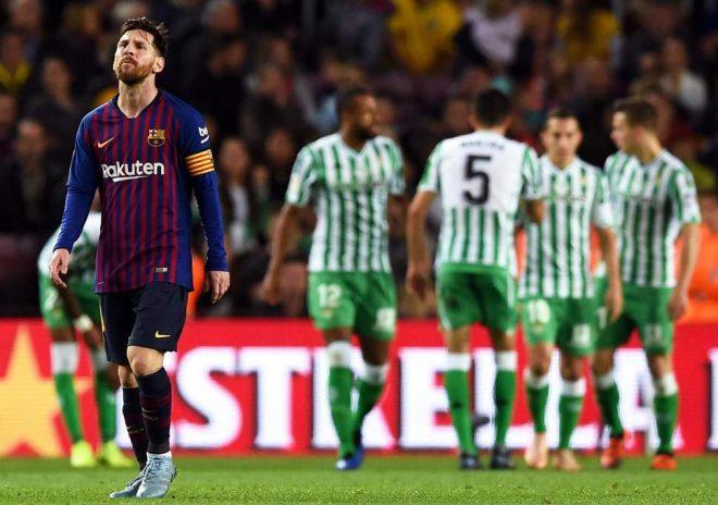 """Messi lập cú đúp """"thần thánh"""" ngày trở lại, Barca vẫn thua bẽ bàng trước Betis ngay tại thánh địa Nou Camp"""