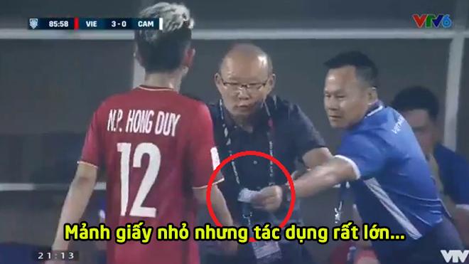"""Tiết lộ mẩu giấy """"nhắc bài"""" thầy Park đưa cho Hồng Duy trong trận đấu với Campuchia, lại là chiến thuật 'dị' của HLV người Hàn Quốc"""