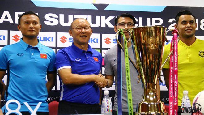 """CHÙM ẢNH: Thầy Park """"đứng hình"""" trước vẻ đẹp lộng lẫy của chiếc Cup Vàng AFF 2018, quá tuyệt vời!"""