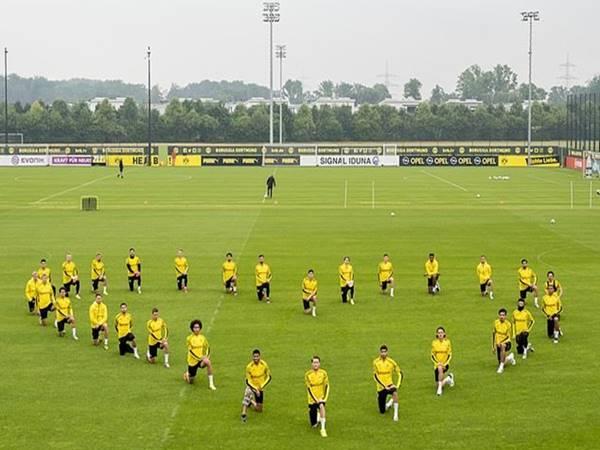 Cầu thủ Dortmund hành động phản đối phân biệt chủng tộc