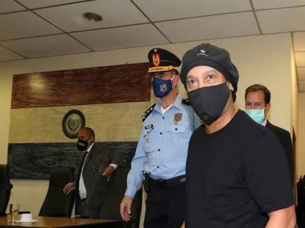 Tin bóng đá ngày 25/8: Ronaldinho được trả tự do
